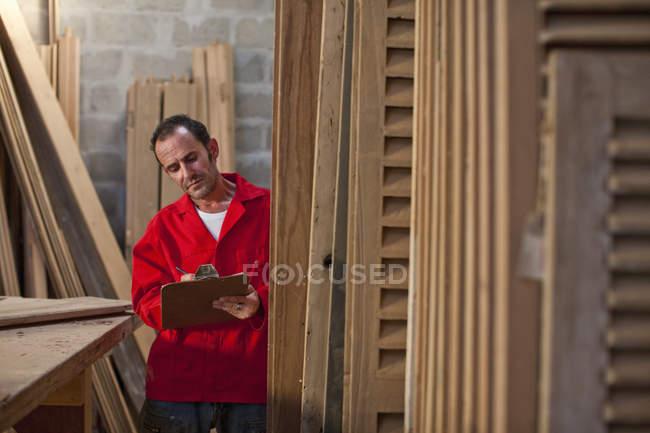 Carpintero de escribir en el portapapeles - foto de stock