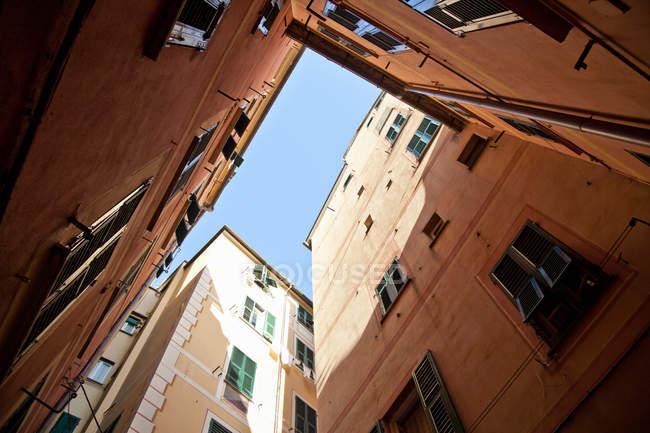 Immeubles d'habitation sous le ciel bleu — Photo de stock