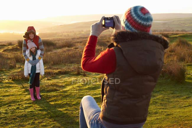 Жінка з зображенням сім'ї на відкритому повітрі — стокове фото