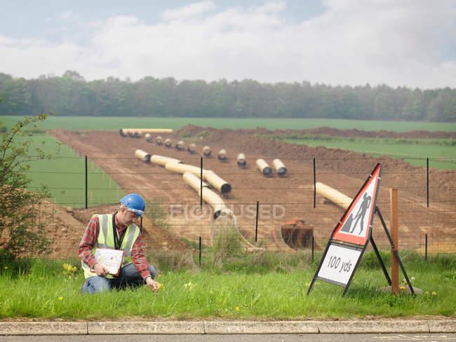 Ökologe neben Autobahn — Stockfoto