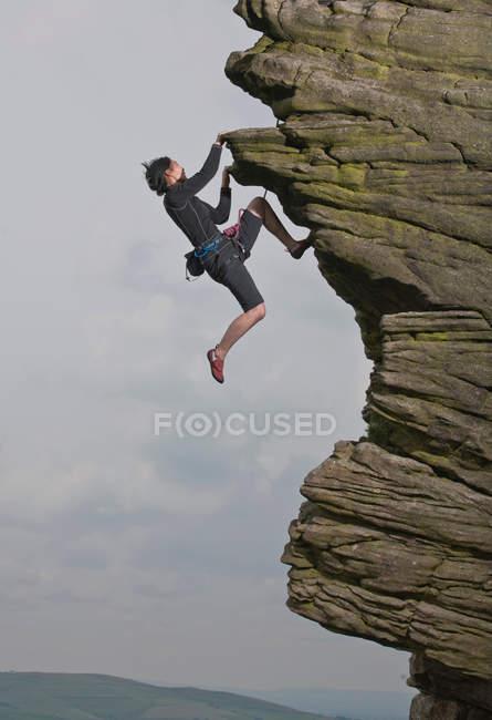 Скеля climber масштабування кам'яна формація — стокове фото