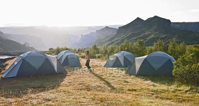 Frau am Campingplatz Basar bei Sonnenaufgang, Thorsmork, South Island, Island — Stockfoto