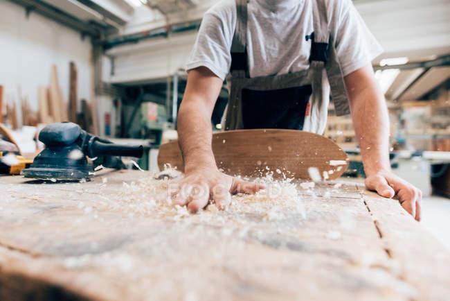 Charpentier et copeaux de bois de planche à roulettes — Photo de stock