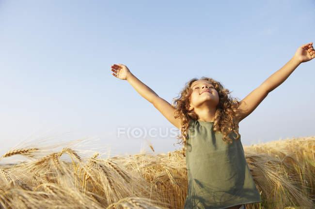 Girl in a wheat field — Stock Photo