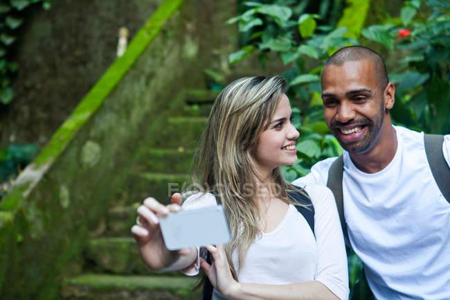 Jeune couple prenant selfie dans la jungle — Photo de stock