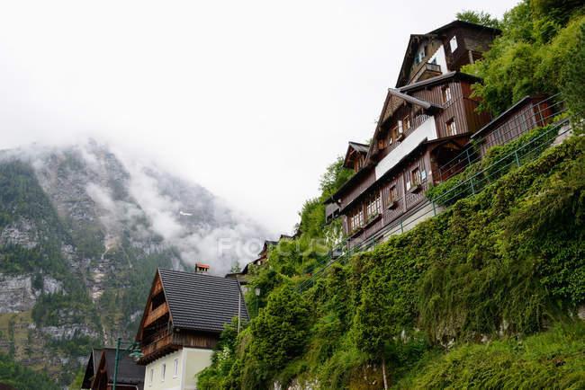 Niedrigen Winkel Ansicht von Hallstatt, Salzkammergut, Österreichische Alpen — Stockfoto