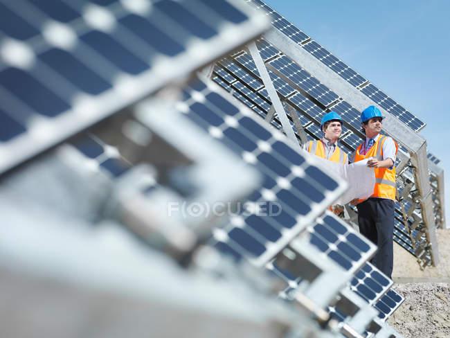 Робітники на сонячній електростанції в Іспанії — стокове фото