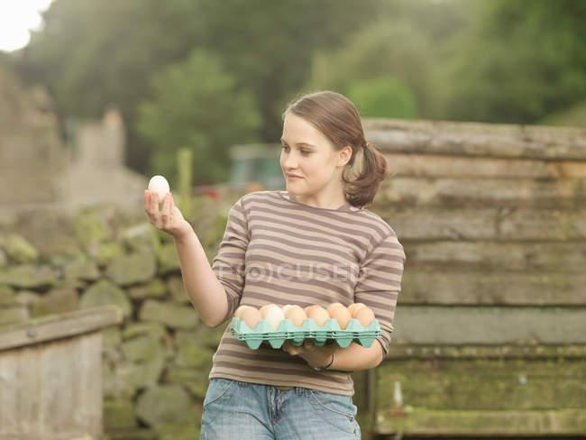 Menina com uma bandeja de ovos — Fotografia de Stock