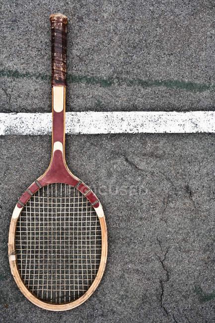 Raqueta de tenis en superficie de marcado corte - foto de stock
