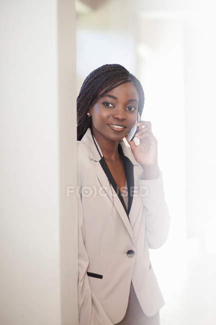 Jovem mulher no telefone celular — Fotografia de Stock