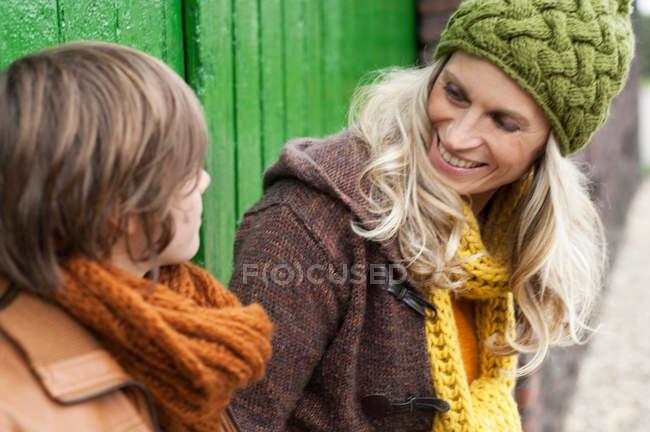 Ritratto di madre e figlio sorridenti — Foto stock