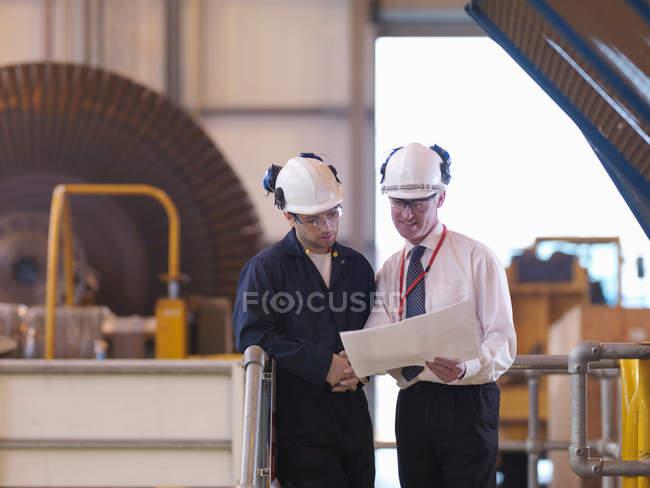 Ingénieurs, debout dans le Turbine Hall — Photo de stock