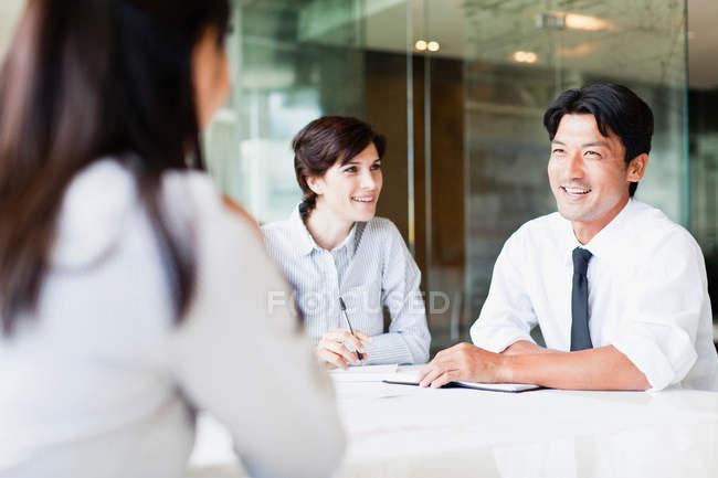 Ділових людей говорити в зустрічі — стокове фото