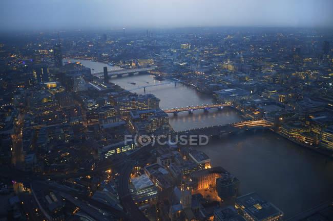 Paesaggio urbano del fiume Tamigi e ponti all'alba — Foto stock