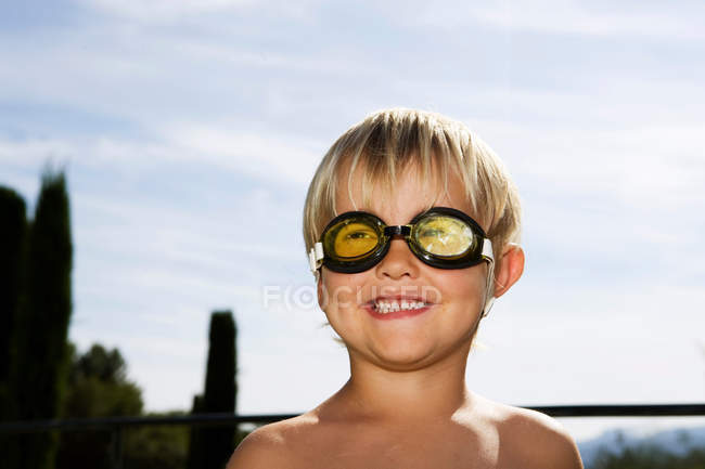 Portrait of smiling boy wearing goggles — Stock Photo