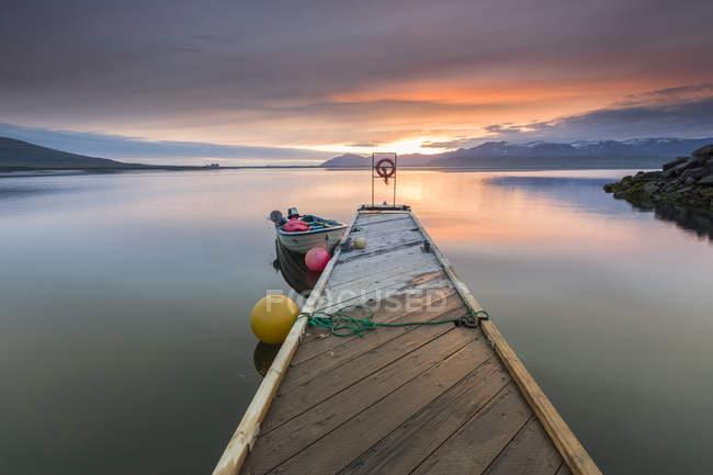 Boot und Pier bei Sonnenuntergang, Hvalfjordur, Island — Stockfoto