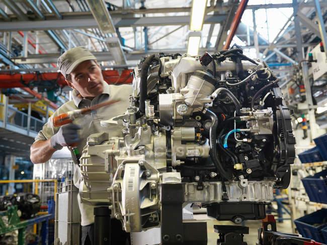 Auto Worker costruzione di parti di auto — Foto stock