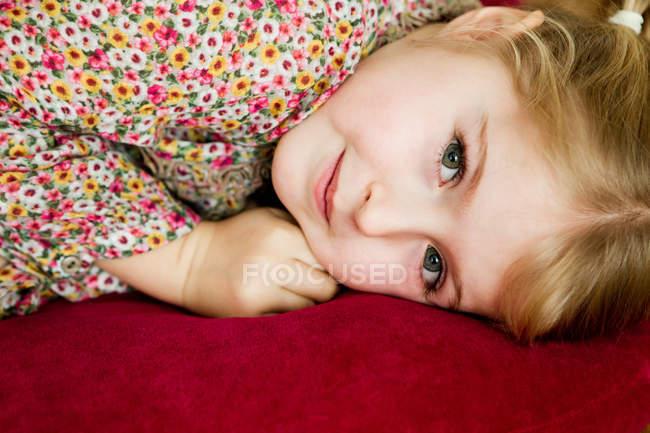 Menina de sorriso que coloca no descanso — Fotografia de Stock