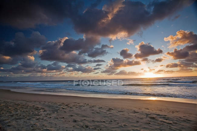 Sun setting over beach — Stock Photo