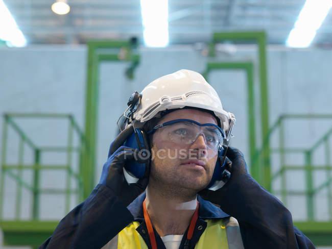Trabajador con ropa protectora - foto de stock