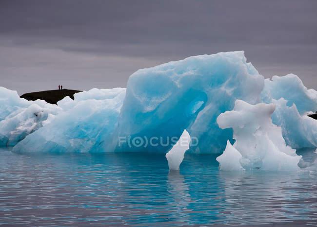 Ghiacciai galleggianti sul lago, focus selettivo — Foto stock
