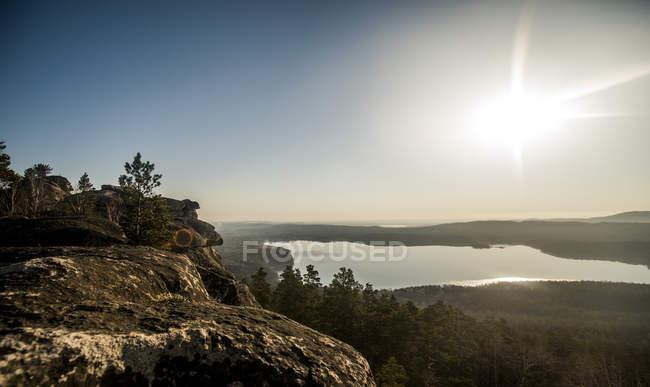 Blick auf Felsformation und entfernten See — Stockfoto