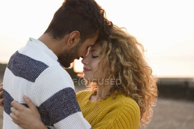 Junges Paar umarmt sich am Strand — Stockfoto
