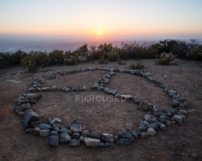 Peace symbol on cliff — Stock Photo
