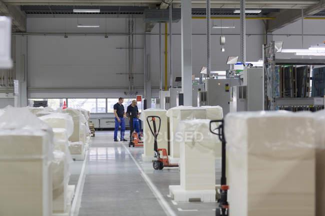 Два работника на бумажной фабрике интерьера — стоковое фото