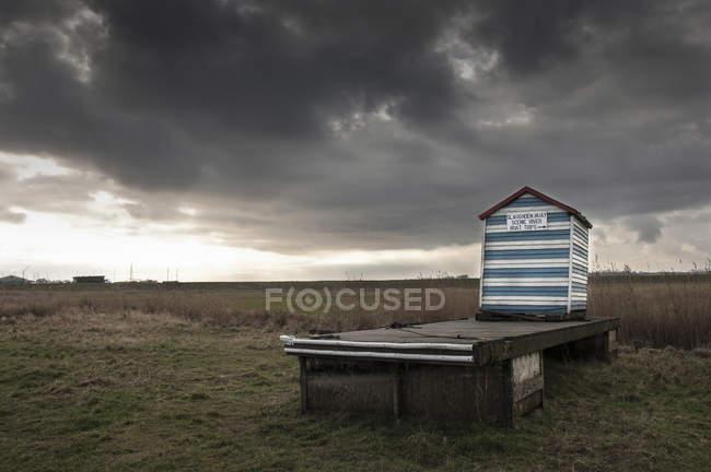 Cabane de plage avec avis promotion bateau voyages, Aldeburgh, Suffolk, Angleterre — Photo de stock