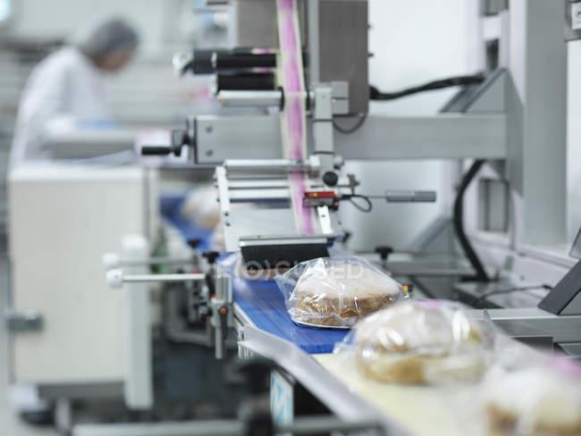 Торты на производственной линии на фабрике тортов — стоковое фото
