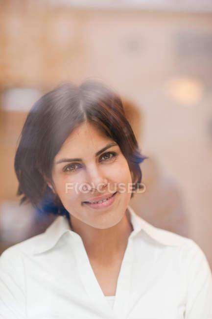 Ritratto di giovane donna che guarda fuori dalla finestra — Foto stock