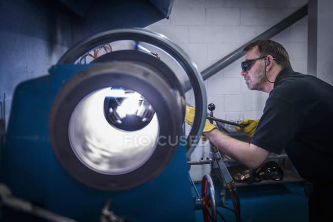 Souffleur de verre industriel, formant le tube en verre sur tour — Photo de stock