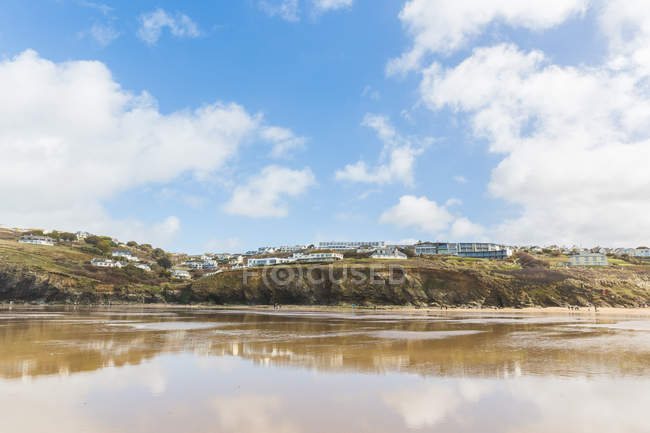 Building on cliff tops by beach, Mawgan Porth, Cornwall, UK — Stock Photo