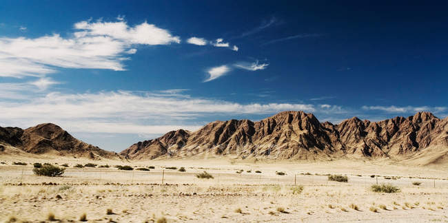 Montagnes dans un paysage désertique — Photo de stock