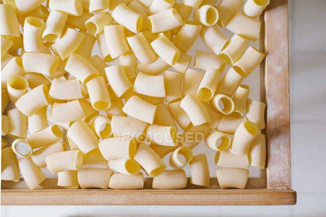 Vista superior de la pasta de secado en el cajón de la mesa - foto de stock