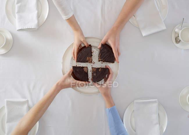 Visão geral de pessoas que compartilham sobremesa — Fotografia de Stock