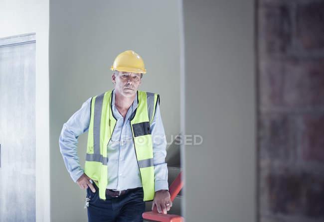 Verticale de l'entrepreneur de construction masculin regardant l'appareil-photo — Photo de stock