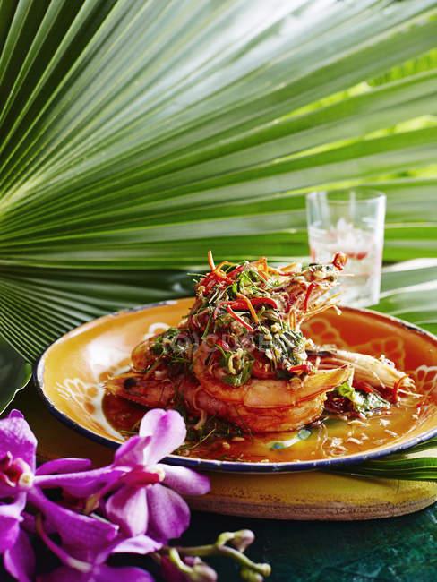 Pla goong auf Teller mit würziger Gemüsegarnitur — Stockfoto