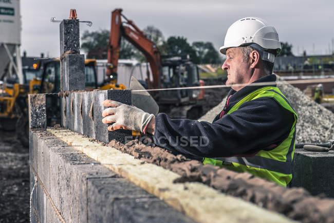 Workers laying bricks on construction site — Stock Photo