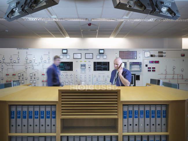 Engenheiros no simulador da sala de controle da central nuclear — Fotografia de Stock