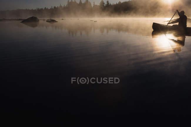 Vue panoramique de l'homme âgé canoë sur le lac — Photo de stock