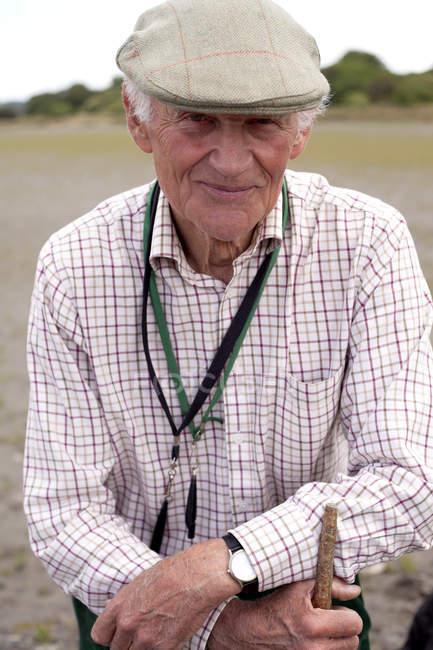Портрет старший чоловік, одягнений плоскою кришкою — стокове фото
