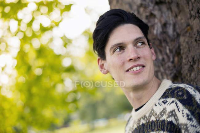Retrato del joven mirando hacia otro lado - foto de stock
