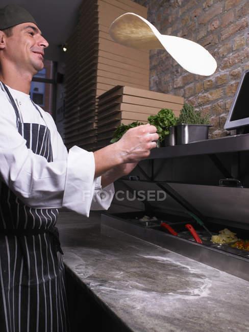 Pizza chef flipping pizza pâte — Photo de stock