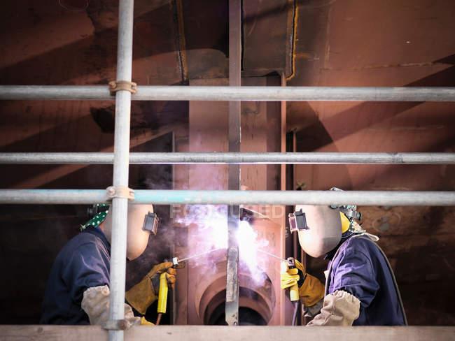 Зварювальники працюють на кораблі — стокове фото