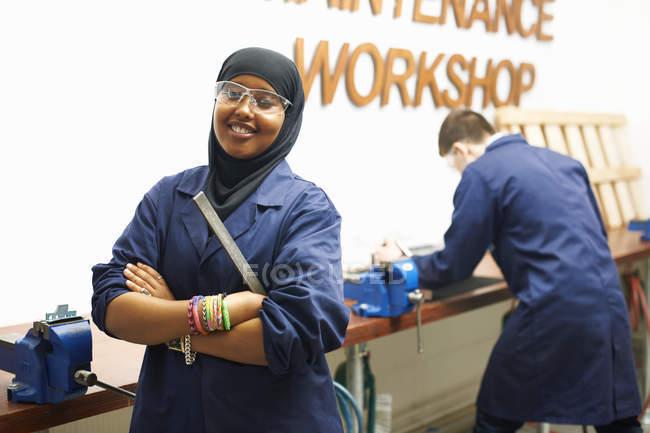 Портрет студентки с линейкой в мастерской по металлообработке колледжа — стоковое фото