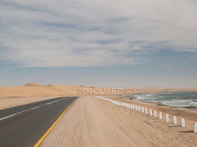 Прибрежной дороге, между пустыни Намиб и Атлантическим океаном — стоковое фото