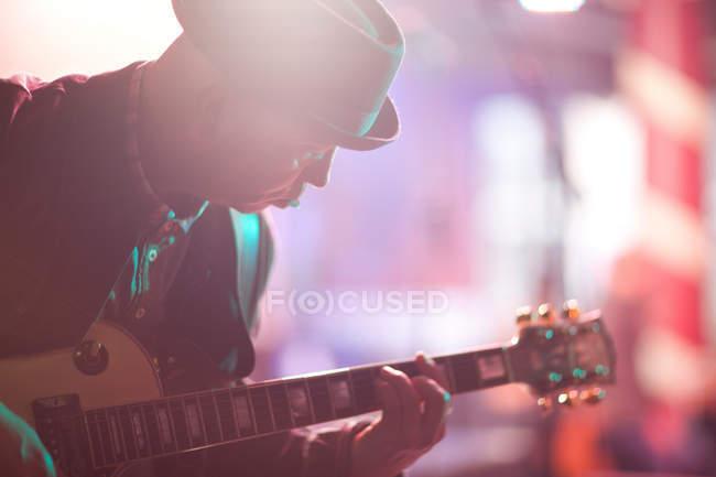 Mann spielt Gitarre auf der Bühne — Stockfoto