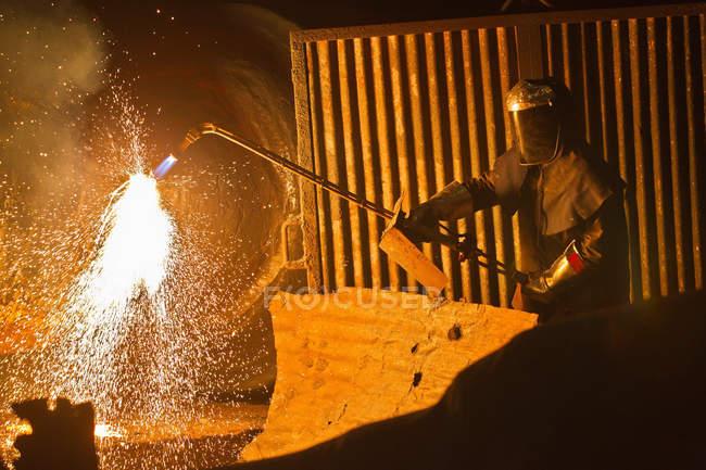 Soldador no trabalho em forja de aço — Fotografia de Stock